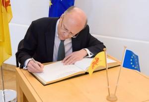 Signature du livre d'or du Parlement